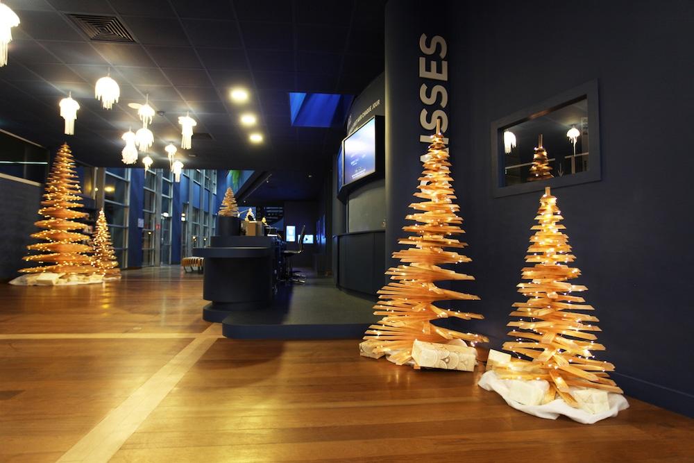Un sapin de Noël en bois recyclé pour un Noël coresponsable en entreprise. Idéal pour une action RSE à Noël