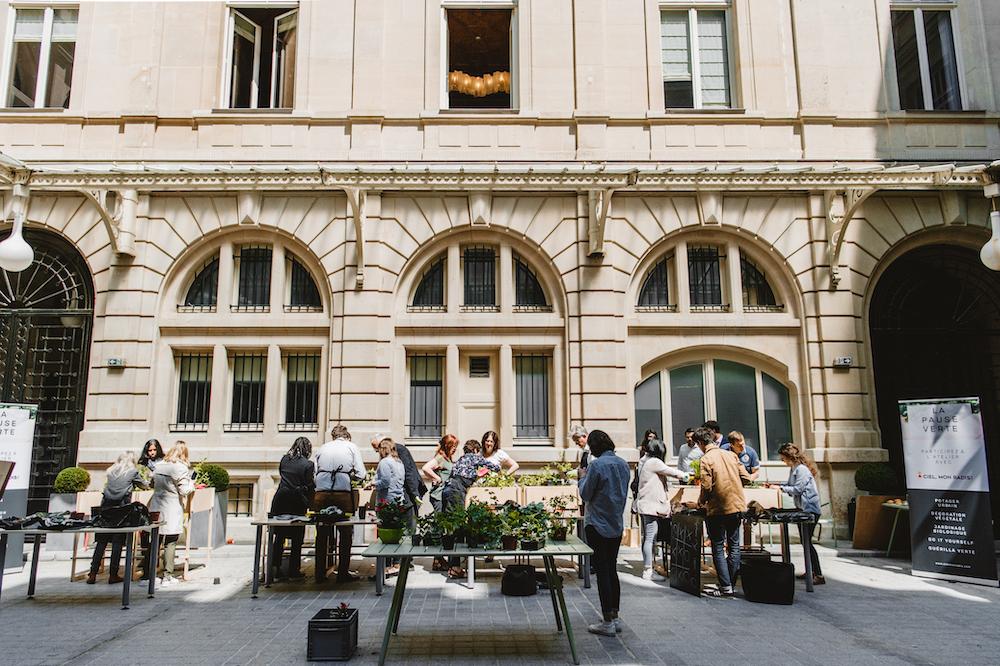 La cour centrale devient un lieu vivant d'échanges informels entre collaborateurs