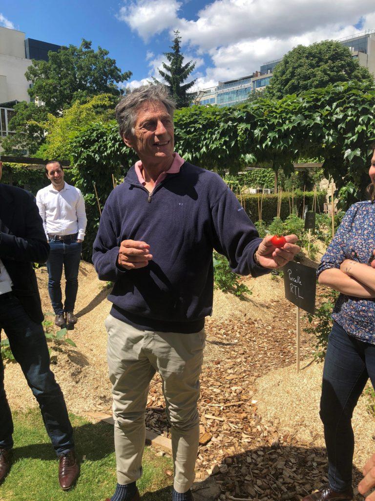 Nicolas de Tavernost montre son soutien envers ses salariés lors de l'inauguration du potager d'entreprise Ciel mon radis